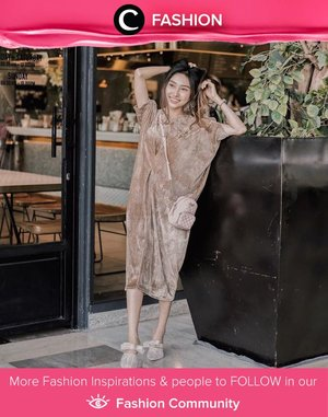 Clozette Ambassador @devolyp menggabungkan dress berbahan velvet dengan sepatu dan tas berwarna senada. Feminin sekali, ya, Clozetters! Simak Fashion Update ala clozetters lainnya hari ini di Fashion Community. Yuk, share outfit favorit kamu bersama Clozette.