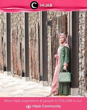 Clozetter @dwina terlihat anggun dengan abaya yang berwarna senada dengan hijab dan tas tangannya. Simak inspirasi gaya Hijab dari para Clozetters hari ini di Hijab Community. Yuk, share juga gaya hijab andalan kamu.