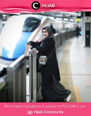 Colorful sling bag dengan pattern unik selalu jadi penyelamat untuk tampilan outfit monokrom. Setuju nggak, Clozetters? Image shared by Clozetter @andiyaniachmad. Simak inspirasi gaya Hijab dari para Clozetters hari ini di Hijab Community. Yuk, share juga gaya hijab andalan kamu.