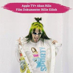 "Billie Eilish is coming to the big screen!✨ Siapa yang tidak kenal Billie Eilish? Rasanya hampir semua orang mengetahui penyanyi berumur 18 tahun yang berhasil memborong 5 piala Grammy Awards tahun ini. Setelah malang melintang di industri musik, akhirnya Billie Eilish mempunyai film dokumenternya sendiri yang akan rilis di Apple TV+ dan bioskop-bioskop seluruh dunia.Film dokumenter berjudul ""Billie Eilish: The World's a Little Blurry"" ini bercerita tentang perjalanan Billie sejak pertama kali ia menciptakan single debutnya sampai sukses membawa pulang banyak penghargaan Grammy dalam satu malam. Tayang pada Februari 2021 mendatang, siapa yang nggak sabar untuk menyaksikan perjalanan penyanyi asal Los Angeles ini? Swipe left untuk lihat teaser filmnya!✨📷 @billieeilish #ClozetteID #BillieEilish"