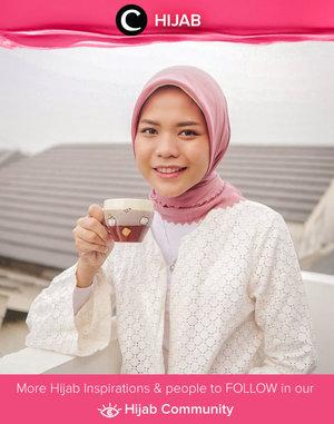Perpaduan warna putih dan baby pink selalu terasa cocok untuk menemani kegiatan hari-harimu, siapa yang setuju? Image shared by Clozetter @cicidesri. Simak inspirasi gaya Hijab dari para Clozetters hari ini di Hijab Community. Yuk, share juga gaya hijab andalan kamu.