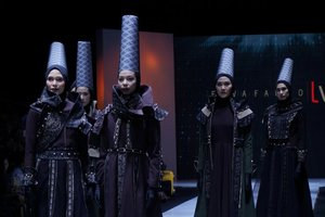 Unik, Hijab Silinder Bercorak Tenun Sabu NTT