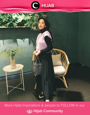 Kata siapa warna lilac hanya identik dengan tampilan playful yang ceria? Clozette Ambassador @prapancadf menggabungkan vest berwarna lilac dengan outfit yang didominasi warna hitam dan berhasil menciptakan look yang anggun! Simak inspirasi gaya Hijab dari para Clozetters hari ini di Hijab Community. Yuk, share juga gaya hijab andalan kamu.