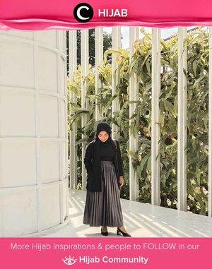 Clozetter @ernykurnia14 adds some sparks of silver in her black outfit. Simak inspirasi gaya Hijab dari para Clozetters hari ini di Hijab Community. Yuk, share juga gaya hijab andalan kamu.
