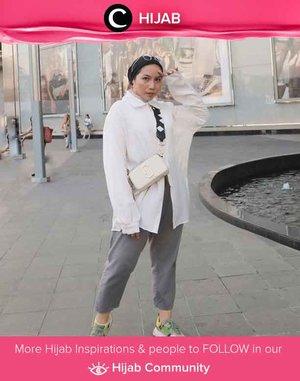 White shirt is always the key of clean, effortless look. Simak inspirasi gaya Hijab dari para Clozetters hari ini di Hijab Community. Yuk, share juga gaya hijab andalan kamu. . Image shared by Clozetter @ladyulia.