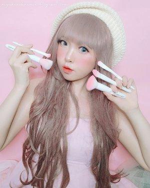 Kali ini Yuki mau bagi2 diskon up to 70% buat brush super kawaii ini 🥰 Buanyak bgt yg nanya ke Yuki : 'kak, biar makeup bisa kaya boneka bgt gimana sih? '. Kuncinya cuma 2 dear, kulit yg flawless dan makeup tools (aplikator) yg memadai. Percuma dong produk makeup kamu mahal2 tapi aplikatornya kurang. Menurut Yuki, kualitas brush itu ngaruh bgt sama hasil akhir makeup. Kalau helai brushnya kasar pasti makeup ga bakalan nempel sempurna dan ga bakalan kelihatan mulus. Ga jarang brush yg kasar juga bikin kulit jadi iritasi dan parahnya menimbulkan masalah kulit lainnya. Makanya Yuki bener2 picky bgt kalo urusan sama brush. Kalo ga lembut, Yuki gamau pake krn bakalan bikin kulit gatel dan tampilan makeup ancur 😒 .Yuki mau rekomendasiin brush yg super kawaii dari Wet n Wild. Warnanya pink gils! Buat foto cakep, dipake lembut bgt. Ada diskon smp 70% di @kumurabeauty 🥰 jadi per single-brushnya cuma jadi 19.600-40.000 aja. Swipe utk detail brushnya 👉.. #JapaneseBeauty #oshare #model#barbie #barbiedoll #makeup #kawaii #kawaiigirl #beauty #style #girls #fashion #japan #モデル#メイク#ヘアアレンジ#オシャレ#メイク #ファッション #ガール #かわいい #IndonesianBlogger #BeautyBlogger #可愛い #かわいい #ClozetteID #brush #makeupbrush #wetnwild