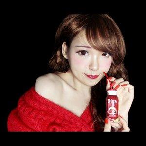 Sebagai seorang yg sangat aktif & produktif baik di depan juga belakang layar. Di berbagai bidang profesi yg menuntut Yuki utk selalu tampil maksimal, tentunya menjaga kesehatan dan elastisitas kulit merupakan suatu kewajiban. . Kulit yg sehat akn terlihat glowing alami dan flawless, itu juga akan memengaruhi hasil akhir makeup. Sebagus apapun kualitas makeup yang dipakai, tidak akan maksimal bila kulit tidak sehat, yang ditandai : kulit terasa kering, kasar, tertarik, beruntusan, jerawat, dan lain sebagainya, tidak terjaga elatisitasnya. . Kalbe mengeluarkan Diva Beauty, minuman yg mengandung Kolagen, antioksidan dan juga vitamin E. Semuanya merupakan bahan-bahan yang sangat dibutuhkan kulit untuk menjaga elastisitasnya. . Semakin bertambahnya usia, produksi kemampuan tubuh utk memproduksi kolagen akan berkurang sehingga menimbulkan tanda-tanda penuaan, seperti kerutan. . Kandungan 3 bahan utama berupa dalam @divabeauty kolagen (menjaga kekencangan, kekenyalan, dan kelembaban kulit), antioksidan (terdiri dari pomegranate, acai, acerola, dan grape seed untuk melindungi kulit dari radikal bebas serta mencegah munculnya noda hitam pada kulit akibat paparan sinar UV), vitamin E (membantu mempercepat pertumbuhan sel baru), yang mana semuanya sangat baik bagi kulit. Dengan minum rutin 2 botol setiap harinya selama 2 minggu.  Diva Beauty Drink membantu mencukupi kebutuhan kolagen agar kulit tetap terjaga elasitasnya. Meregenerasi sel kulit, dan menjaga kelembaban kulit. Hanya 40Kcal per sajian sehingga tidak menyebabkan kegemukan. . The full review video will be airing tomorrow!  Kamu bisa mendapatkan Diva Beauty Drink di berbagai e-commerce (Shopee, Kalbe Store, TokopediA, JD.ID, Lazada) - Offline store (Indomart, Watsons, Superindo, Carrefour, etc.) dan dapatkan voucher diskon 30% utk pembelian Rp 150.000 di Kalbe Store .  @clozetteid #GlowLikeDiva #DivaBeautyDrink #BBIxDivaBeauty #DivaBeautyXClozetteIDReview #ClozetteID #ClozetteIDReview #skincare #collagen #antioxidan