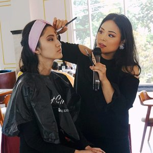LA GIRL BEAUTY CLASS X REGINA YOSHIDA . Thank you for everyone who's attended the event! Yeay, really fun to share my makeup knowledge!  Love you guys and see ya in the next event!  Laavvvv, Regina❤  @lagirlindonesia #lagirl #lagirlbeautyinfluencer #mua #muajakarta #makeupartist #beautyclass #makeupclass #makeupwithregina #clozetteid #bloggermafia