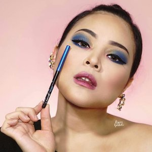 Yeay it's summer time! Let's do this #summerbrightvibes look with #lakme9to5 products. I'm using Iconic Kajal in Royal Blue 💙💙 This product is da bomb! Glide easily and gives my eyes rich colour in a single stroke !@lakmemakeup#stylingtrendsetters #instantglam....#makeupwithregina #indobeautygram #beautybloggerindonesia #bloggermafia #clozetteid