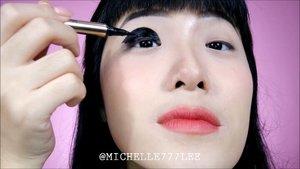 "[[TIPS Hemat Eyeliner Buat Mata Segaris]].Dulu waktu belum ngerti caranya aku beneran gambar eyeliner setebel itu, kalau ngga model eyeliner ngambang yang tengahnya bolong 😂Tapi setelah kenal dia hidupku jadi lebih bahagya. Iya, dia si ""EYELID TAPE"".Tinggal tempel & voila aku punya double eyelid. Jadi lebih hemat deh pakai eyeliner tipis2 ajah udah cukup 😍😍😍Di video ini aku pakai my new fave eyelid tape dari @copiabeauty (not sponsored, beli sendiri) 💕.Cara pakai eyelid tape gimana sih ka?Nih yaa ku bagi tau step2nya:1) Pakai sebelum skincare & makeup.2) Lepas tape dari lembarannya menggunakan pinset/kuku.3) Make sure kelopak mata kamu sudah bersih & tidak ada sisa residu (membantu tape merekat lebih erat pada kulit & tahan seharian)4) Aplikasikan dengan cara mendongakkan kepala supaya garis mata terlihat.5) Tempelkan tape di atas garis asli mata kamu untuk membuat ""garis baru"".6) DONE!!!.Gampangkan? Cuma memang perlu penyesuaian untuk akhirnya mengetahui di mana ""garis baru"" yang pas untuk mata kamu. Terus eyelid tape itu ada bermacam2 tipenya, kamu juga harus cari yang sesuai dengan mata kamu. Biasanya yang punya lipatan kelopak tebal juga harus cari tape yang tebal karena kalau tipis, tapenya bakal kalah sama kelopak mata kamu jadinya malah ngga akan terbentuk garis barunya............#MicelHacks#ivgbeauty #indobeautygram #makeuptutorial #wakeupandmakeup #undiscovered_muas  @tampilcantik #tampilcantik #ClozetteID #tutorialmakeup #ragamkecantikan @ragam_kecantikan #inspirasicantikmu @zonamakeup.id @makeup.tutorial.asian"