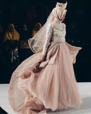 Laksmi at Surabaya Fashion Parade 2017 ___  http://worldofwardah.blogspot.com ___  #ClozetteID  #SurabayaFashionParade  #SFP2017  #kebayalaksmi #BridalGown #WorldofWardah  #fashionblog #bloggerperempuan #indonesiahijabblogger