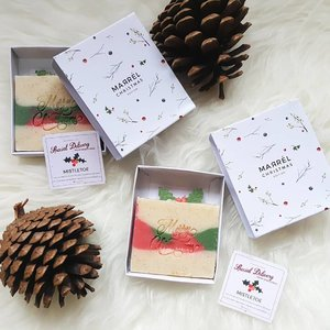 Christmas is coming 🌲☃️ Searched for unique christmas gift and found this cute christmas edition soap from @marrel.id.The mistletoe christmas edition is made from olive oil, palm oil, coconut oil, castor oil, sunflower oil, canola oil, cocoa butter, apricot shells, fragrance oil, distilled water, and lye. Sure can hydrate and clean up our skin ❤..#Christmas #ChristmasGift #NaturalSoap #HandcraftedSoap #ClozetteID