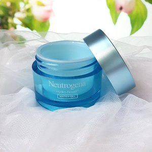 Keep skin hydrated with neutrogena hydro boost water gel 💦 . Here some review after using this moisturizer for two weeks: 💦 It's oil free 💦 Lightweight 💦 Soothing 💦 Not greasy 💦 Easily absorbed through by skin 💦 Helps hydrate my skin 💦 Suitable for my combination to oily skin 💦 Helps control my excess oil 💦 Contain fragrance that smell clean, soft scents . Full review read on www.fransiskawenda.com ✨ . . . #Neutrogena #Skincare #SkincareRoutine #SkincareReview #WatsonsPH #clozetteid #clozette #ReviewbyWenda