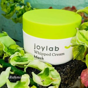 "#reviews JOYLAB ""Whipped Cream Mask""....After using 2 to 4 times I can only review this mask. Cream with a mild formula that contains Marshmallow Root Extract and Vitamin C that can release your natural bright skin color.  Formulated with Vitamin B3 which is useful to prevent mineral deficiencies while smoothing the texture of facial skin.  A gentle and smooth formula for all types of facial skin...💦TEXTURE AND SCENT: In terms of texture, this mask has a creamy texture and is like a whipped shake to make a cake 😂 It smells like baby powder.  Very soft, and the one I like the light pink mask 😍...📦 PACKAGING: In terms of packing this mask is stored in a small plastic container and cute 50 ml.  Although in terms of small packets, but this mask turned out to be a lot and dense...🍁Review: I wear this mask in 2 weeks and I feel a good change, after wearing this mask the skin becomes smoother and radiant because it contains marshmallow Root extract which pushes the skin so it makes the skin glow.  And with the addition of vit c and vit B3 to improve skin texture. This mask is very soft and suits all skin types...INGREDIENTS: Aqua (Water), Glycerin, Triglyceride caprilate / capric, Propanediol, Glyceryl stearate SE, Polysorbate 60, Sorbitan stearate, Titanium dioxide, Glyceryl stearate, PEG-100 stearate, Cetyl alcohol, Dimethicone, Phenoxyethanol, Sodium stearlacolymer, Sodium  stoylacolymer  Niacinamide, Perfume (Fragrant), 3-o-Ethyl ascorbic acid, Benzotriazolyl dodecyl p-cresol, Disodium EDTA, Xanthan gum, Silica, Althaea officinalis root extract, Potassium sorbate, Sodium benzoate, CI 17200 (Red 33), CI 42090 (CI 42090 (C)  Blue 1)...Attention: The above review is based on my experience, and the results depend on each of your skin.. How about you?  Attracted to try it ???...🌟 Rate: 4/5...*Gifted*"