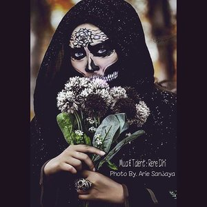 """Monochrome Sugarskull""Morniiing all frieeends...#photooftheday #photoshoot #skulls #halloweenideas #dupemag #illusionmagazine #beautybydehsonae #luvekat #slave2beauty #halloween #darkmakeup #darkforest #creeper #muaindo #makeupfanatic1 #motdindo #clozetteid #beautygram #mikasabeauty #americanhijab #hijabindo #bontang #darkforest #canon_official #nikon_photography_ #dslr #instagram #instapic"