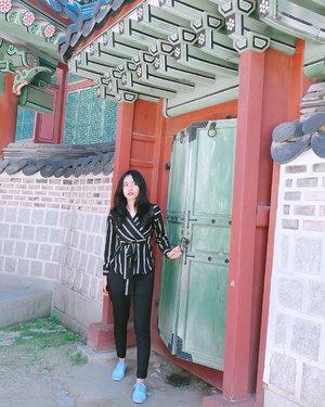 Ngetok doank nih, nggak masuk?-📸 : @nanakecild-#changdeokgung #changdeokgungpalace #seoul #changdeokpalace #clozetteid #ootd #southkorea