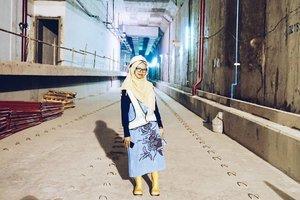 • Sejak lahir sampai usia delapan tahun, saya tinggal di Jakarta. Ada beberapa kenangan yang terlalu manis, juga sedikit ingatan pahit selama tinggal di Jakarta. Meskipun akhirnya pindah tempat tinggal, hingga saat ini saya masih sering ke Jakarta --bekerja paruh waktu atau sekadar ngemil di pinggir jalan.  Tahun 2019 mendatang, Jakarta akan punya transportasi bawah tanah. Di tempat saya berdiri (dalam foto ini) nantinya akan menjadi jalur yang mengantarkan kita ke tempat tujuan. Ini adalah terowongan MRT di titik ujung (bundaran HI). Lokasi lainnya sudah memasuki tahap finishing dan dengan majunya kota Jakarta, semoga pendapatan kita juga semakin bertambah biar bisa mengimbangi kehidupan di kota ini 😂  Oh ya, adanya MRT memungkinkan kita untuk membuat setting fiksi ala-ala fantasy time traveler, thriller, mystery,  atau genre lainnya, hehe. Yuk, doakan semoga #Jakarta jadi lebih baik.  #clozetteid #bblog #fashionblogger @mrtjkt #ubahjakarta #mrtjakarta #PesonaIndonesia