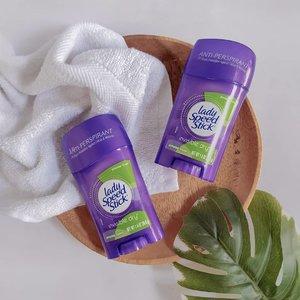 • Setelah bertahun-tahun pakai #deodorantspray bulan ini saya memilih Lady Speed Stick Invisible Dry Powder Fresh Anti Perspirant karena butuh yang praktis dan mudah dibawa. Sengaja nih, pilih varian yang Powder Fresh karena wangi bedaknya lembut dan nggak berlebihan. Review lengkap bisa dibaca di blog #unidzalika ya 😘 Nah kalau kamu pakai #ladyspeedstick juga? Atau sudah punya deodorant andalan? Sharing dong produk favorit kamu 🤗  _____________________ #clozetteid #colgatesmile #bodycare #cleanbeauty#socobeautynetwork #beauty #stillwithstories #flatlay #flatlayste #stilllifephotography #bodycareroutine