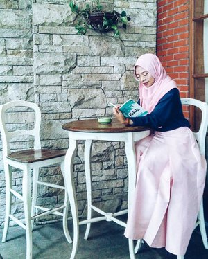 • I enjoyed my morning-time by read some books instead of drink a cup of coffee in @sandalwood.hotel Lembang.  It's a good place to lift up your mood ♥  ________________________ #ClozetteID #RekomendasiUniDzalika #Sandalwood #SandalwoodBoutiqueHotel