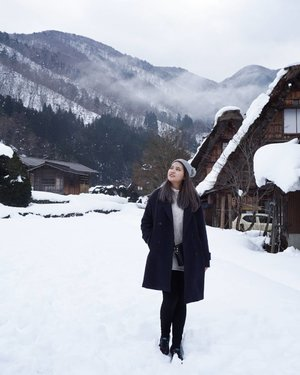 Let me tell you a story behind my photos in Shirakawa-go, I lost my eyebrow pencil in the morning and I had to use my mom's brow powder and pencil eyeliner to get my eyebrows done 😂 Swipe 👉 for one more photo! . . #NatashaJS #NatashaJSinJapan #NatashaJStheTourist #NatashaJSOOTD #VioletBrush #clozetteid #ootd