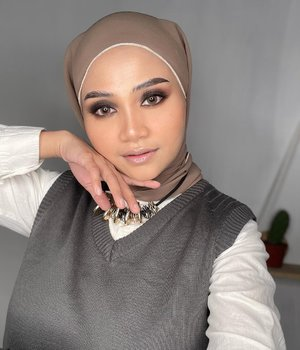 Hollywood makeup look inspired @fauziaahanum 💕, bajunya yang gak hollywood 🤭..#hollywoodmakeup #makeuptutorial #makeupindonesia #uswahmakeuptutorial #clozetteid #beautybloggers #smokeyeyes