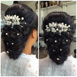 "Hairdo by me 😊 @cathrine_zie  Will definitely will work again with my ""hair"" skill soon ❤  #indonesianlivinginbangkok #starclozetter #clozetteid #muaindonesia #mua #makeupartist #wedding #jakarta #muajakarta #hairdo #weddinghairdo #instahair"