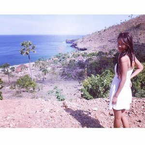After today snorkeling we drive a bit further to enjoy the landscape at Mt. Seraya, its very dried landscape... But still nice to enjoy with stunning view and ofcourse cliff road 😂 btw my white beach dress by #hnm #holiday #bali #amed #blogger #bloggerid #travelblogger #indonesianblogger #ClozetteID