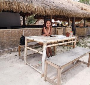 Stop by enjoying fresh grilled sea fish serve by local people... This gili name Gili Sudak... Love the quietness and the beautiful view around it...❤️ #blogger #bloggerid #bloggerindonesia #travelblogger #travelgram #travelinstyle #traveller #travel #ClozetteID #StarClozetter #fblogger #gilisudak #ntb #indonesia #wonderfulindonesia #pesonaindonesia #lingkarindonesia #indotravellers #indonesiatravellers