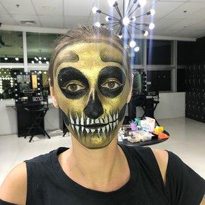 Do it like a pro 🖤👻💀 . . . Model : @milagekkon . Instructor : @makeuphilde . . . . #throwback #skullmakeup #practicemakesperfect #makeup #fantasymakeup #crazymakeups #instamakeup #makeuplover #makeupfreak #makeupartist #halloweenmakeup #mehron #kryolanmakeup #indonesianmakeupartis #like4like #indonesianlivinginbangkok #bangkok #thailand #facepainting #art #makeupartistry #starclozetter #clozetteid