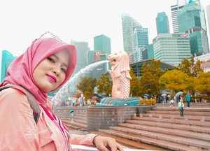 If Dubai is the paradise of the world, Singapore is the paradise of Southeast Asia, where you can find all the luxuries of Southeast Asia-Happy independence day Singapore 😍 hope to see you very soon again 🤞-#cyntiayoga #travelblogger #beautyblogger #lifestyleblogger #fashionblogger #blogger #hijab #hijabtravel #hijabers #modelhijab #hijabfashion #travelenthusiast #traveling #traveladdict #backpacker #wanderlust #lovetravel #explore #influencer #clozetteid #singapore #exploresingapore #visitsingapore #merlion #marinabaysand #gardenbythebay #createmoment #bikinjadinyata
