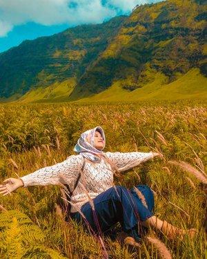 Aku memasuki fase dimana aku lelah bersandiwara, lelah dengan berpura2, lelah mengejar dunia. Kemudian aku memasuki dimesi baru dimana aku harus banyak belajar untuk sabar, belajar mengikhlaskan, belajar menerima kenyataan. Aahh mungkin Tuhan sedang rindu padaku, rindu pada isak tangis di setiap malamku. Atau Tuhan sedang mengujiku, sudah sampai dimana tingkat keimananku? Terima kasih tuhan, aku masih hidup dan aku bahagia-📍 bromo mountain#tantejulit #tantejulittravel #travelblogger #beautyblogger #lifestyleblogger #fashionblogger #blogger #hijab #hijabtravel #hijabers #travel #outfit #travelenthusiast #traveling #traveladdict #backpacker #wanderlust #explore #lovetravel #googlelocalguide #bikinjadinyata #influencer #modelhijab #clozetteid #hijabfashion #style #beauty #bromo #malang #jawatimur