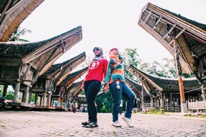 Model victoria secret mah lewaatttt ... (masuk ra??? masukkkkk pak ekoooooooo) - Tips foto traveling berdua tanpa ngerepotin orang >> pake gorilla tripod yaaa ga sist??? @desiandin - Masi tentang kearifan lokal Toraja, Sulawesi Selatan #tantejulit #travel #blogger #travelblogger #bucketlist #trip #travelgram #wanderlust #wanderer #explore #traveling #lovetravel #clozetteid #backpacker #toraja #tanatoraja #ketekesu #visitindonesia #explore #wonderfulindonesia #genpi #sulawesiselatan #makassar #beautyblogger #lifestyleblogger #contentcreator #pesonaindonesia #wanderlust #peopleinframe