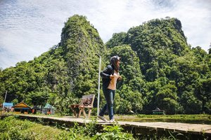 [Indonesia 73th] Bukit karst terbesar kedua di dunia itu terletak di Sulawesi Selatan bernama Rammang Rammang - Perjalanan ke Rammang2 butuh waktu kurleb 1 jam dari Makassar. Htm 1 kapal isi 1-4 orang harganya 200rb (kalo buat tante mah gratissss soalnya tinggal kedip doang 😉) - #tantejulit #travel #blogger #travelblogger #bucketlist #trip #travelgram #wanderlust #wanderer #explore #traveling #lovetravel #clozetteid #backpacker #hijabtraveler #exploresulawesiselatan #makassar #rammangrammang #visitindonesia #wonderfulindonesia