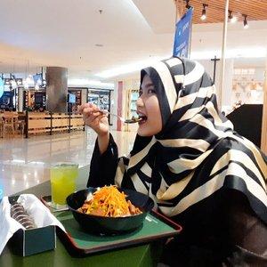 Dear sister and brader onlinekuAbaikan pipi yang meluap ini yaaaKarena aku mau kasi rekomendasi buat japan food lovers restoran terbaru di Plaza Indonesia yaitu Aku nyobain✅ Chicken Out >> campuran brown rice, chicken, mushroom, dan mix veggie IDR 69K✅ Cold Sencha >> IDR 12K free flow✅ Lucky Roll Sushi >> isi crab, tamago (telor), dan cucumber IDR 39K-Cusss cobain makan di @makisanid d bareng sama temen2 gengmu dan kick up 2020 dengan 20%off salad-happy tummy happy belly happy me yeaayyyy#cyntiayoga #tantejulit #influencer #blogger #travelblogger #lifestyleblogger #beautyblogger #hijaber #travelenthusiast #modelhijaber #clozetteid #beauty #food #foodlover #foodenthusiast #foodies #jakartafoodies #makisanid #diysalad