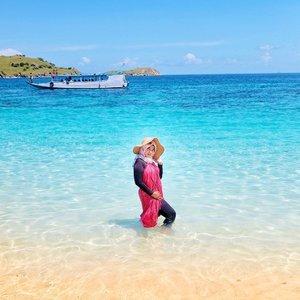 Literally ku tuh kangen pantai banget which is pura2 aja ga liat lemak membandel di ketekku gengs-#tantejulit #travel #blogger #travelblogger #bucketlist #trip #travelgram #wanderlust #wanderer #explore #traveling #lovetravel #clozetteid #backpacker #hijabtraveler #komodo #komodoisland #rincaisland #flores #sailing #savekomodo #labuanbajo #visitindonesia #explore #wonderfulindonesia #pinkbeach #beauty #beautyblogger #lifestyleblogger