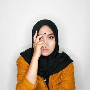~ Jangan bertingkah, Masi Gua liatin.. ~Make-up detail : ♥️ Eyebrows : @qlcosmetic ♥️ Liquid Eyeshadow : @holikaholika_indonesia♥️ Eyeshadow Palette : ucanbe 02♥️ Eyeliner : @makeoverid ♥️ Mascara : Big Eye @silkygirl_id♥️ Foundation : @mustikaratuind Beauty Queen♥️ Blush on : @riveracosmetics ♥️ Lipen : Gotta Be Matte @riveracosmetics ♥️ Highlighter : @riveracosmetics Pake kuku2an cantekkk dari @hayolohhh.id doonk.... #clozetteid #indobeautysquad #Beautiesquad