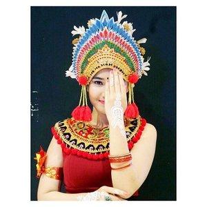 One eye sees. The other feels. . . . . Headpiece : @sanggar_dwipayana Costume Designer : @sylph_crew @chan_fx Whine Henna Art : @nietasameerali Nail : @pixycosmetics in Pixy Enamel P-01 Bracelet & Ring : @naughty.id Makeup : @bellaauliay Photo : @yeffirahmawati . . . . #indonesiamenari2016 #indonesiakaya #grandindonesia #balinese #flasmobdance #cintabudayacintaindonesia #clozetteid