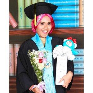 Bey S. Ft 🎓💐🐻#graduation #esaunggul #ueu #fisioterapi #ft2011 #hijabootdindo #hijabersreview #clozetteid