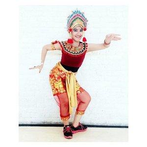 Dance is a poem of which each movement is a word. . . . . Headpiece : @sanggar_dwipayana Costume Designer : @sylph_crew @chan_fx Whine Henna Art : @nietasameerali Nail : @pixycosmetics in Pixy Enamel P-01 Bracelet & Ring : @naughty.id Makeup : @bellaauliay Photo : @yeffirahmawati . . . . #indonesiamenari2016 #indonesiakaya #grandindonesia #balinese #flasmobdance #cintabudayacintaindonesia #clozetteid