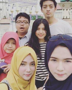 😁 at Masjid Agung Jawa Tengah 🕌✨ •• move to Citra Land 🤣 •• @rachmmaatt @adlerfachrizal @rahmiliagustina @hasni_08 @nabilrach 👻 . . . . #ayuindriativideos #cousinlove #cousintrip #family #cousins #familygoals #wkwk #bw #garisgaris #napi #clozetteid #semarang #exploresemarang #boomerang #majt