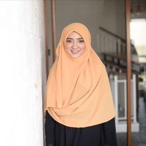 Bukan sulap bukan sihir 😆✨ Something magical happen with @sahilah_ 's hijab 👑 •• Ketika aku lempar buku setebel ini semua orang diruangan kaget semua 😂, sampe videographernya @hendri.k.rahman ikutan kaget, padahal kan dia yg nyuruh 😑zz . . . . #hijabtutorialbyayuindriati #ayuindriativideos #hijab #hijabtutorial #hijabfashion #hijabstyle #clozette #clozetteid #ayuindriati