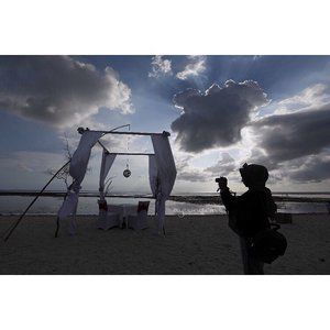 "We take photos as a return ticket to a moment otherwise gone when we travel 📸 • Really miss Lombok atmosphere, and people :') Semoga bisa kesini lagi suatu hari nanti (sukur"" sama kekasih halal 😜 wkwk )🖤 Lombok BLOGs & VLOGs are coming up soon this month insyaAllah • so stay tune! 🎥💻 • Photo by @fikri_fauz . . . . . . #ayuindriatiXkemenpar #gilitrawangan #lombok #Indonesia #beach #shillouette #clozetteid #hijab #hijabtraveller #ayuindriati"