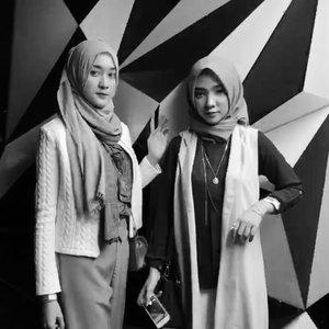 Rau & Ay on that beat LOL⚫️⚪️.....#ayuindriativideos #OOTDayuindriati #hijab #hijabstyle #hijabfashion #clozette #clozetteid #beauty #fashion  #blogger #vlogger #black #bw #boomerang #ayuindriati