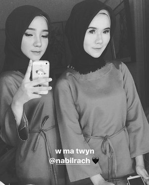 Twinning with sissy @nabilrach for today's photoshoot 📸 #siblinggoals 🖤 •• #clozetteid #hijab #sister #siblings