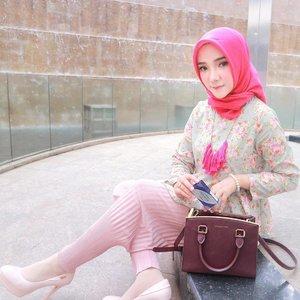 My yesterday's Look. Dan ga lupa pakai softlens Freshlook Colorblends to pop-up my look 🌸💕 ....#FreshSelfieLookJkt #ClozetteID #FreshlookID #OOTDayuindriati #hijab #hijabfashion #pink #hijabstyle #canon #eosm10 #ootd #hotd #ayuindriati