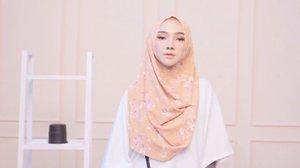A lil throwback video #lookbook collaboration with www.hijabenka.com @hijabenka 🌼 . . . . #OOTDayuindriati #ayuindriativideos #hijab #hijabfashion #hijabstyle #hijabenka #clozette #clozetteid #ayuindriati
