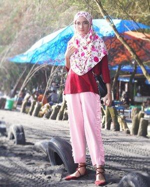 Mumpung di rmh mertua, pikniknya deket rumah aja. Happy weekend guys 🙌🙌🙌// Wearing 👕 and 👖 all from @cottonink super loveee..#youxcottonink #clozetter #clozetteid #ootd #ootdindo #hotd #hijaboftheday #hijabstyle #hijabpost #hijabers #hijabista #stylista #fashionhijab #lookoftheday #lookbook #pink #instagood #instastyle #instaday  #instalike #instagram #beach #explorebantul #explorejogja #vsco #vscocam
