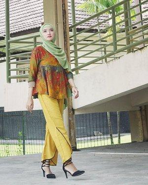 I am me, nothing more, nothing less, and that is enough// Makin pede kali ini pakai koleksi dari @sembung_batik yg penuh warna//..#latepost #tbthursday #style #stylista #momstyle #mommylook #hijab #hijabstyle #fashionhijab #hotd #hijabootd #hijaboftheday #lookbook #ootdindonesia #ootd #outfitoftheday #clozetter #clozetteid #instastyle #instapic #instashare #instagood #instalove #batik #batikjogja #confidence #beyourself #culture #vscocam #vsco