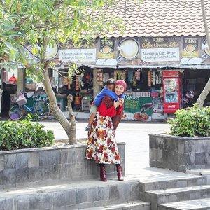 What a nice place to spend my time with son // Pasar deket rumahnya ibuk. Dulu sering diajak belanja sama ibuk kesini, skrg gantian perginya ajak anak. Quality time banget bisa bermain diluar, berbaur sama orang2, bercengkrama, mengajarkan tradisi, cerita ttg budaya, dll. Senangnyaaa😁..#jogjaistimewa #jogjaberhatinyaman #playingtime #playingoutside #traditional #market #momandson #momstyle #momfashion #mommyandme #mommyhood #mommylove #instamoment #instagood #instalove #instalike #instafamily #cute #love #togetherforever #weekendmood #weekendvibe #clozetteID #hotd #hijab #hijabdiaries