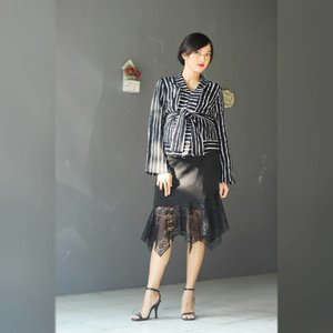 Office Look Inspiration 👔👔👔 Skirt by @lemospiresbatik . . Sedikit cerita aku lg seneng pakai baju warna hitam dan yg bermotif garis2 vertikal krn memberikan efek kurus di badanQ yg mulai melar. Heels nya cuma bwt pemanis aja sih, sebab percayalah klo sudah duduk manis pasti peran heels digantikan oleh sepasang sandal swallow yg tersembunyi di bawah meja. Hayo siapa yg samaan dgn aku? Tos 🍻 📷 @onazz_trackvoice . . #32weekspregnant #pregnancystyle #momstyle #stylista #styleoftheday #outfitoftheday #ootd #outfit #outfitinspo #outfitshare #aboutalook #lookbook #whatiwore #todayimwearing #fashionpost #instastyle #instalike #instagram #ClozetteID #vsco #vscocam #vscom #vscofilter #black